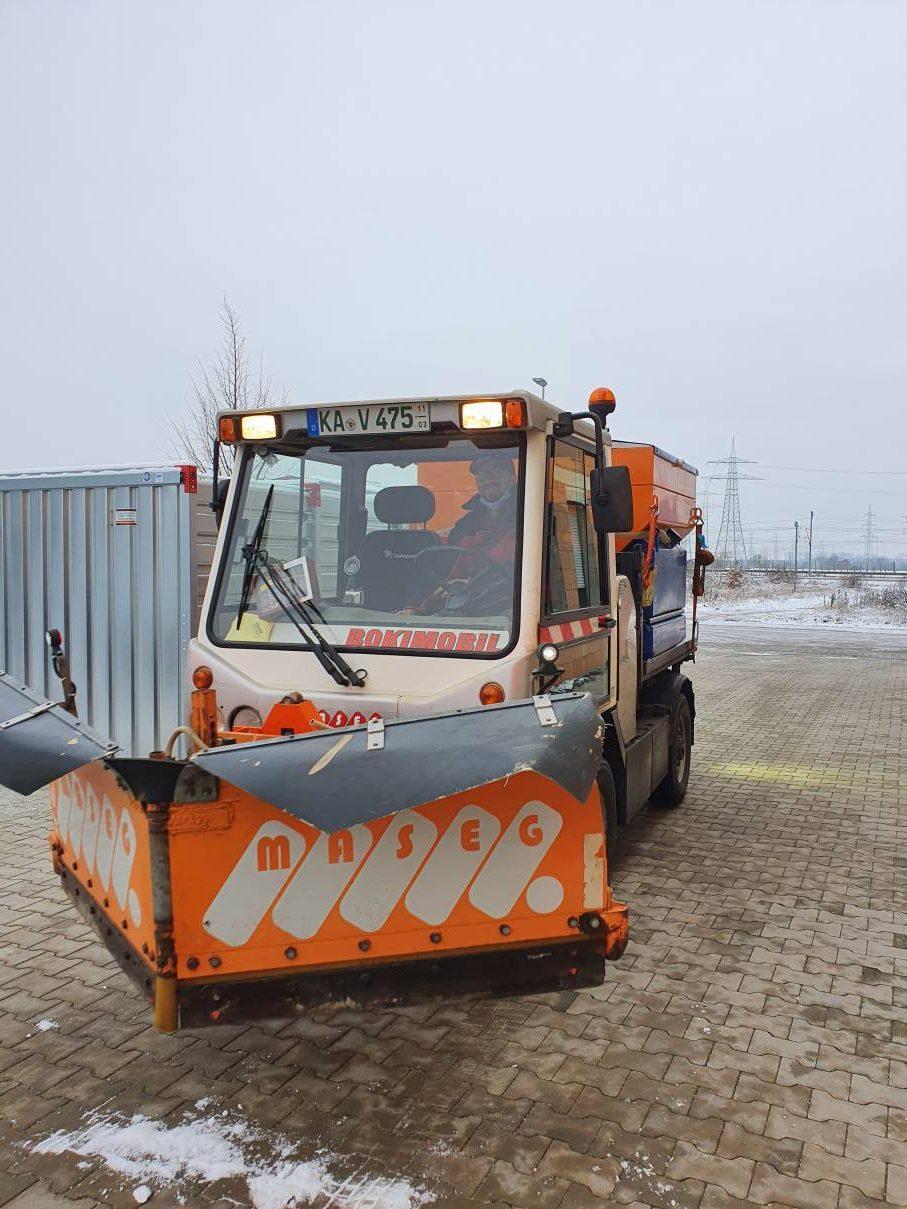 Winterdienst-Fahrzeug: Schneepflug mit Schneeschild