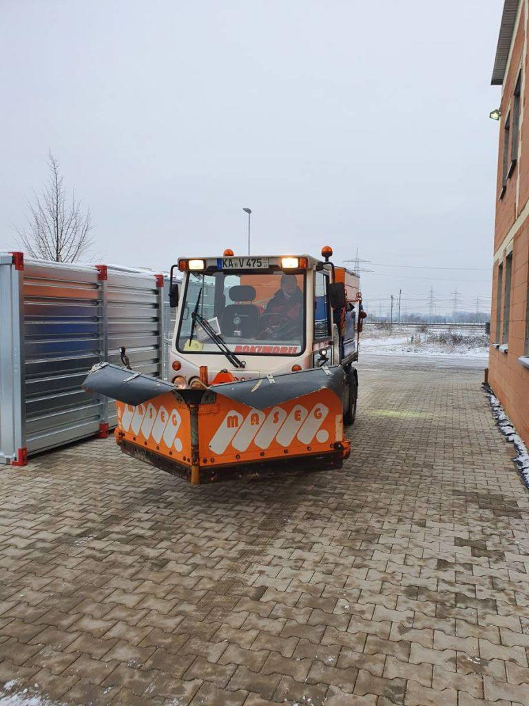 Schneepflug mit Schneeschild bereit für die nächste Tour